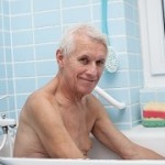 Der Badewannenlift Test hilft sehr bei der Auswahl im hohen Alter