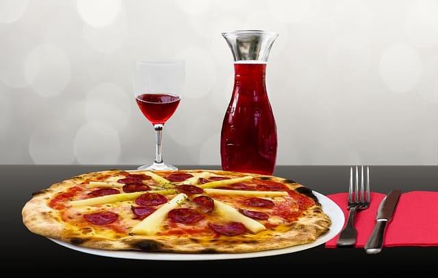 Pizza mit Wein